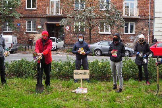 #SadzimyDlaPragi to akcja polegająca na grupowym (i nie tylko) sadzeniu cebul kwiatów wiosennych.