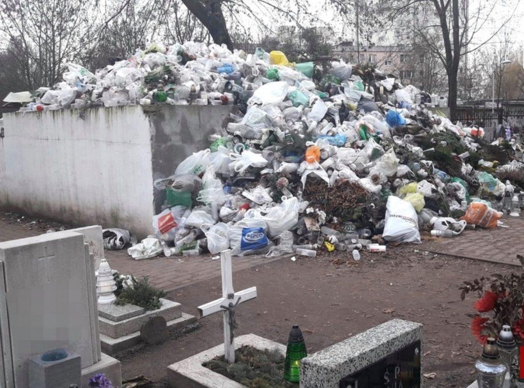 Zaśmiecony cmentarz po Uroczystości Wszystkich Świętych